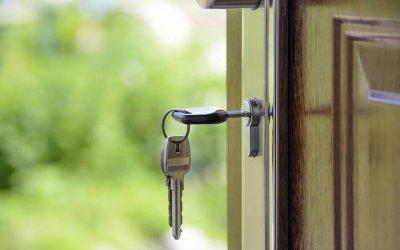Clé bloquée dans la serrure sur porte de maison.